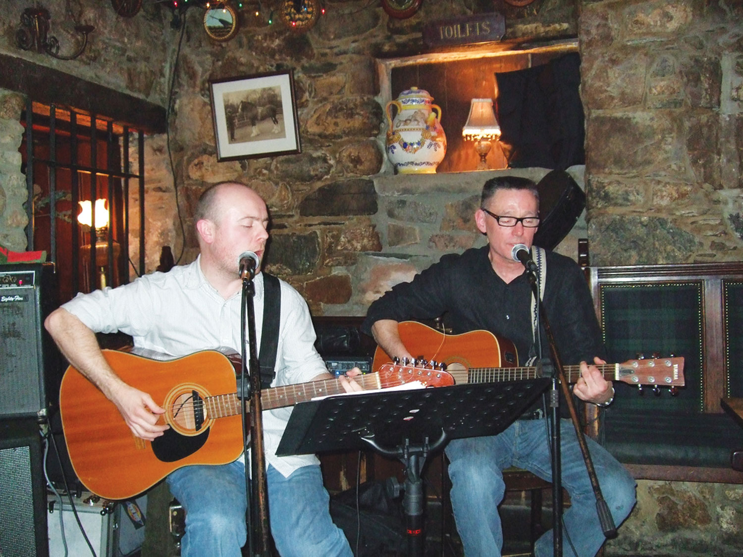 Inn folk music by Loch Lomond